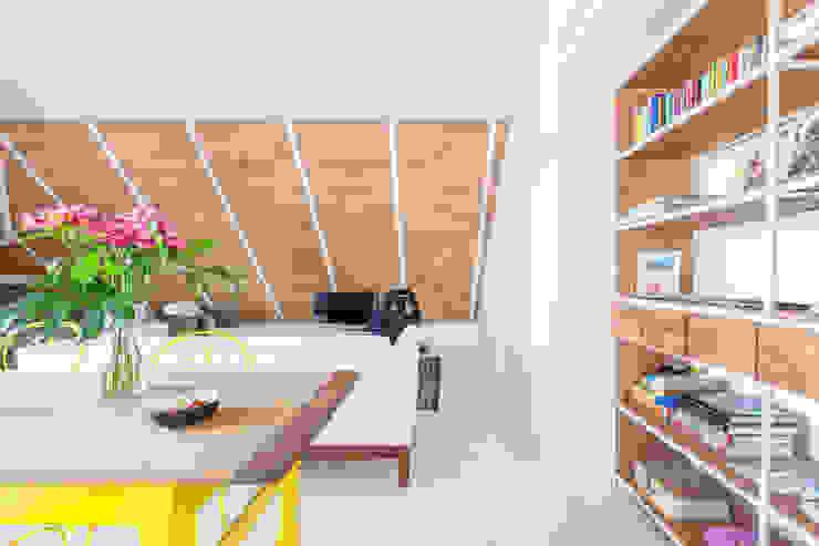 CHALET MAJADAHONDA Sala da pranzo minimalista di Tarimas de Autor Minimalista Legno Effetto legno