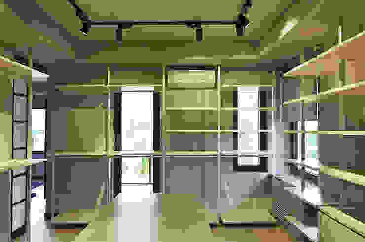Modern Dressing Room by MONOBLOK DESIGN & INTERIORS Modern