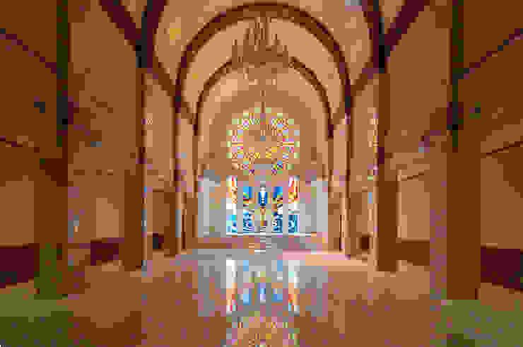 チャペルとステンドグラスの全景 クラシカルなイベント会場 の マルグラスデザインスタジオ クラシック ガラス