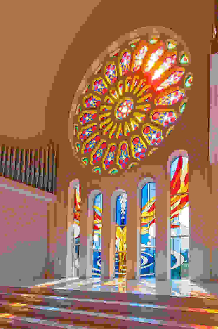 斜めからの全景 クラシカルなイベント会場 の マルグラスデザインスタジオ クラシック ガラス