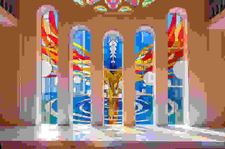 5枚に分割されたステンドグラス オリジナルなイベント会場 の マルグラスデザインスタジオ オリジナル ガラス