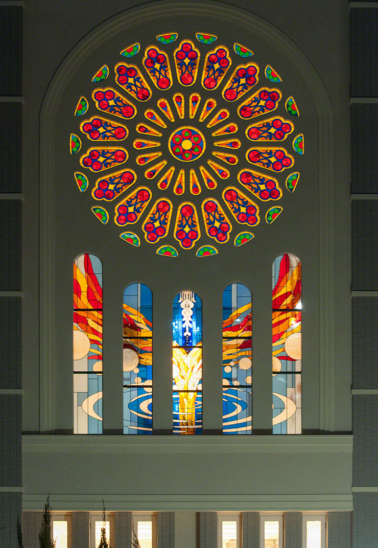 夜の外観 ステンドグラス全景 クラシカルなイベント会場 の マルグラスデザインスタジオ クラシック ガラス