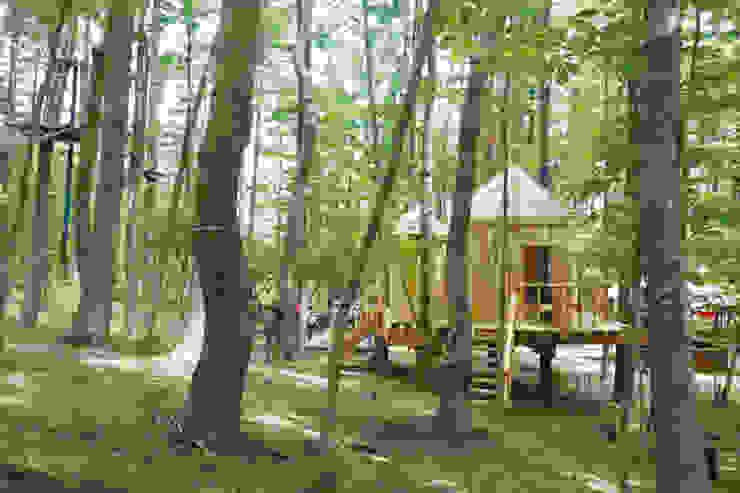 森に溶け込む外観 カントリーデザインの 多目的室 の 株式会社エキップ カントリー 木 木目調