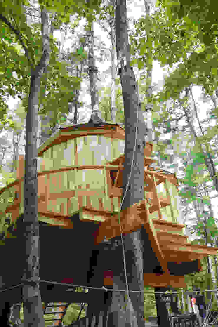 複数の木々にデッキを固定 カントリーデザインの テラス の 株式会社エキップ カントリー 木 木目調