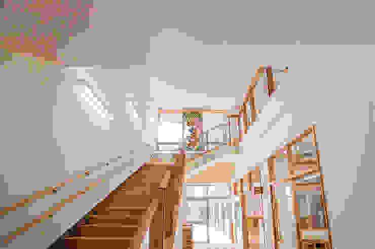1階廊下より オリジナルな学校 の マルグラスデザインスタジオ オリジナル ガラス