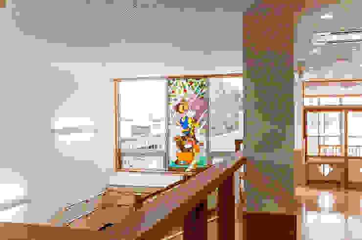 2階廊下より オリジナルな学校 の マルグラスデザインスタジオ オリジナル ガラス