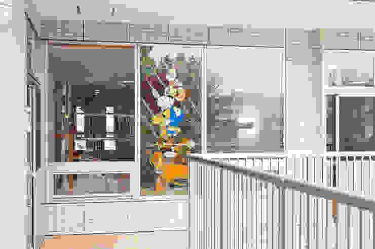 2階バルコニーより オリジナルな学校 の マルグラスデザインスタジオ オリジナル ガラス