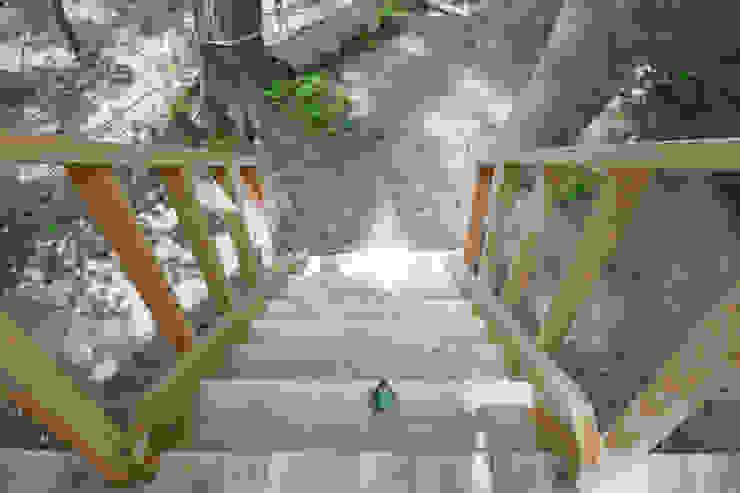 デッキへと続く階段 カントリーデザインの 多目的室 の 株式会社エキップ カントリー 木 木目調