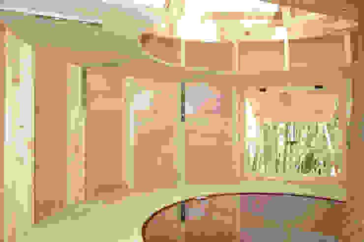 更衣室の棚 カントリーデザインの 多目的室 の 株式会社エキップ カントリー 木 木目調
