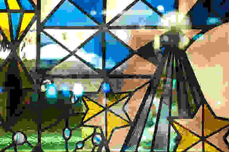 冬のステンドグラスのアップ オリジナルな商業空間 の マルグラスデザインスタジオ オリジナル ガラス