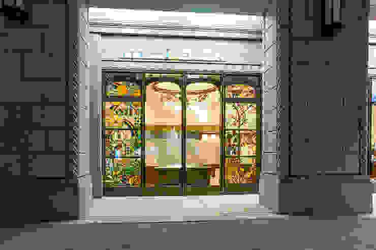 夜の外観 オリジナルな商業空間 の マルグラスデザインスタジオ オリジナル ガラス