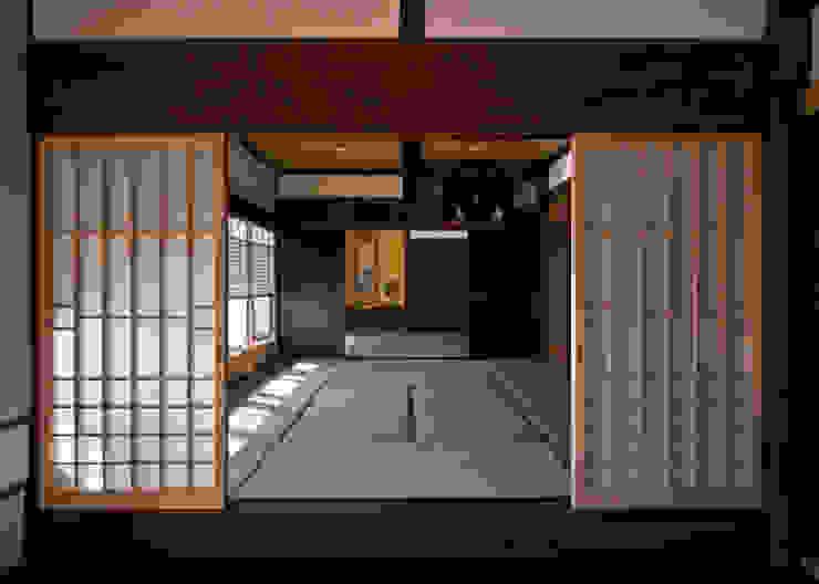 玄関土間から客間を望む クラシカルスタイルの 玄関&廊下&階段 の (株)独楽蔵 KOMAGURA クラシック
