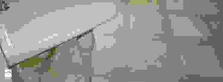 Posadzka w kamieniu trawertyn 'Ivory' Śródziemnomorska łazienka od Stone Mason I Sp. z o.o. Śródziemnomorski Kamień