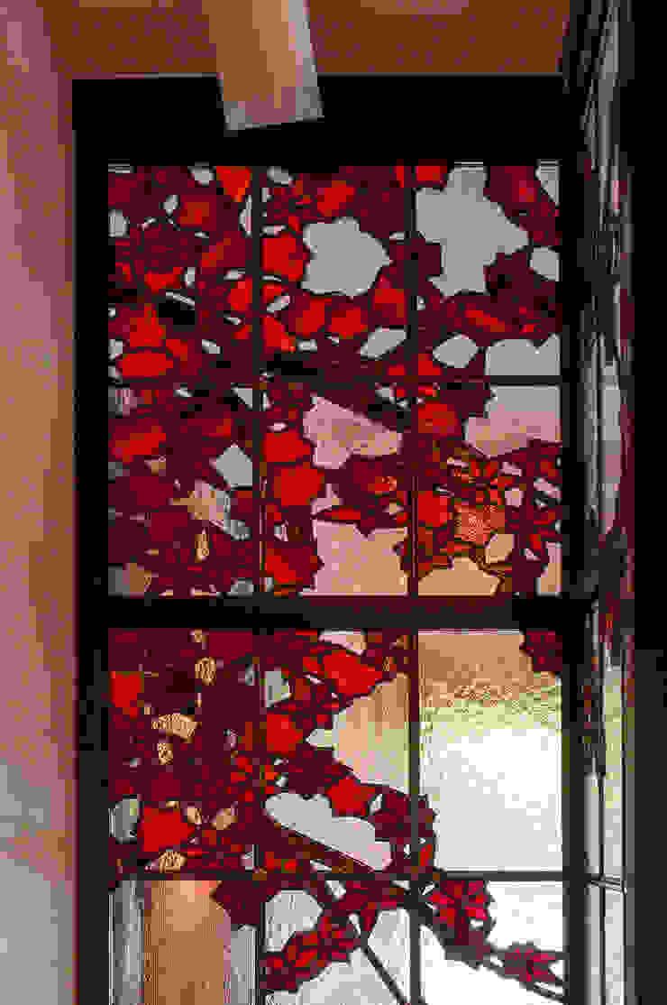 紅葉 廊下側より 和風デザインの リビング の マルグラスデザインスタジオ 和風 ガラス