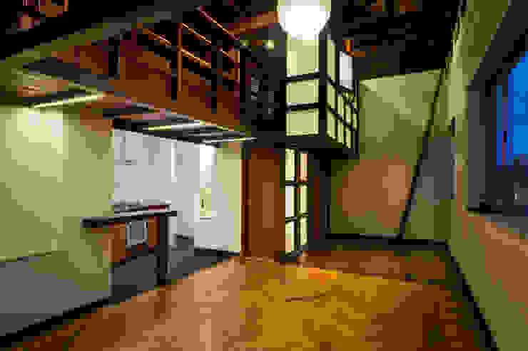 Escalera: Estudios y despachos de estilo  por SDHR Arquitectura, Moderno Madera Acabado en madera