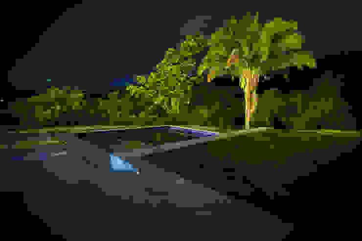 Piscinas modernas por SDHR Arquitectura Moderno Cerâmica