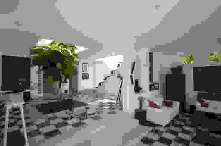 Modern style gardens by SDHR Arquitectura Modern Tiles