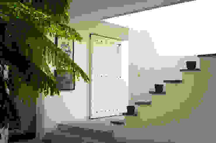 SDHR Arquitectura Modern Corridor, Hallway and Staircase Slate Black