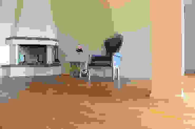 Parquet Rovere Art. Mandola Oliato Pareti & Pavimenti in stile moderno di HAPPYLEGNO Moderno Legno Effetto legno