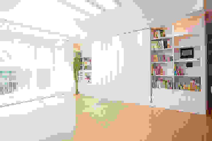 Mediterranean style living room by 퍼스트애비뉴 Mediterranean
