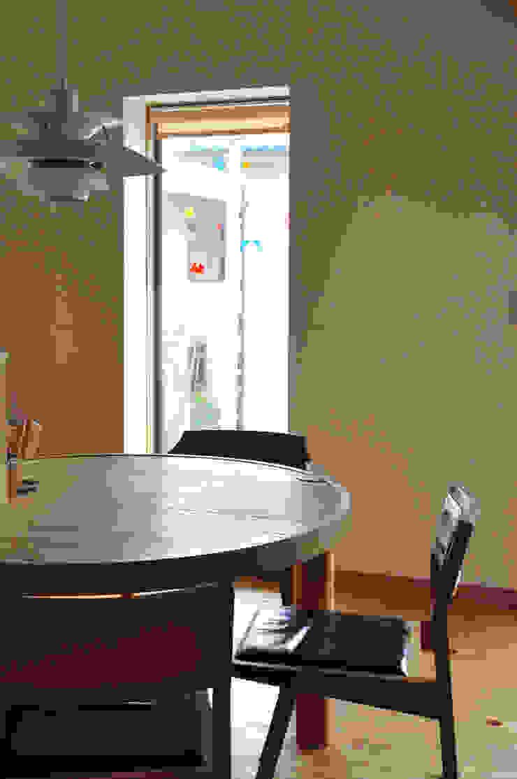 円形テーブル(造り付け): (株)独楽蔵 KOMAGURAが手掛けた現代のです。,モダン