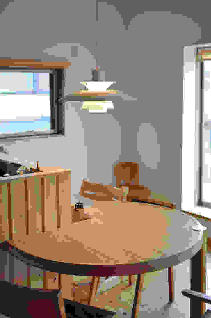 円形テーブル(造り付け): (株)独楽蔵 KOMAGURAが手掛けたスカンジナビアです。,北欧