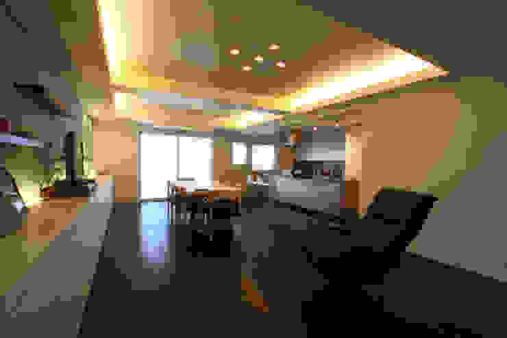 M邸 モダンデザインの リビング の 株式会社アマゲロ / amgrrow Co., Ltd. モダン
