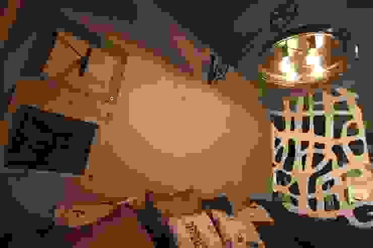 detale - lampa, sakwy na gazety Nowoczesny pokój multimedialny od projektowanie wnętrz Nowoczesny