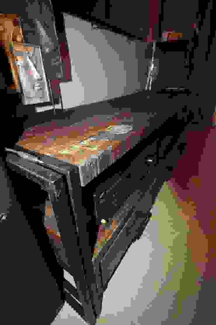 detal - szafka tv Industrialny pokój multimedialny od projektowanie wnętrz Industrialny