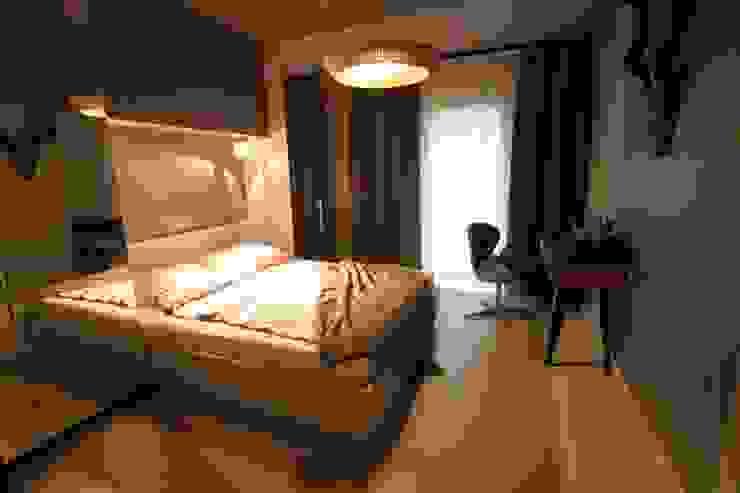 sypialnia z miejscem do pracy i szafami ukrytymi za lustrami Nowoczesna sypialnia od projektowanie wnętrz Nowoczesny