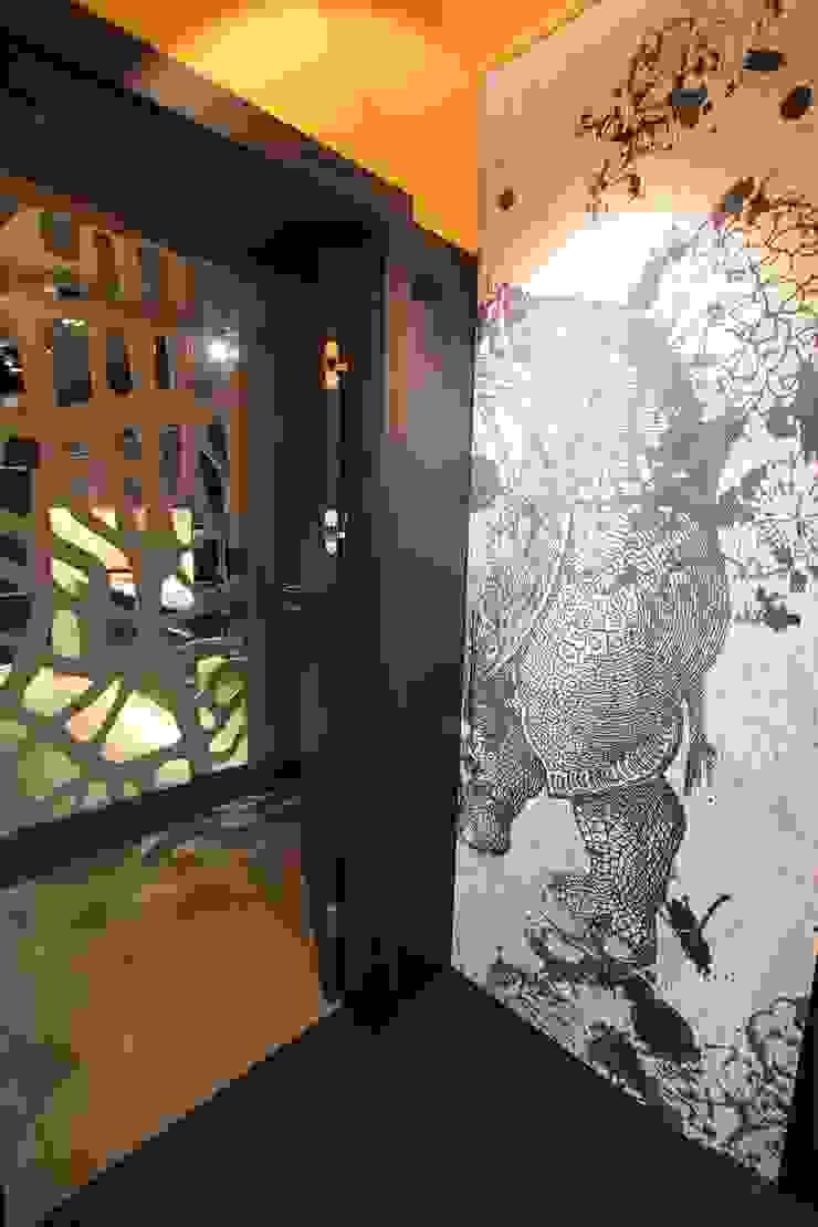 schowek na pralkę za drzwiami przesuwnymi z nosorożcem Nowoczesna łazienka od projektowanie wnętrz Nowoczesny