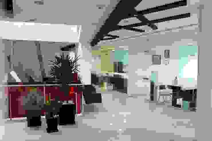 CASA DEL SERVIDOR PÚBLICO MEXIQUENSE Pasillos, vestíbulos y escaleras minimalistas de AR+D arquitectos Minimalista