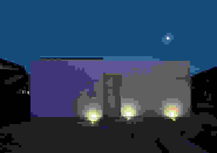 西側外観 夜景 モダンな 家 の アトリエ24一級建築士事務所 モダン