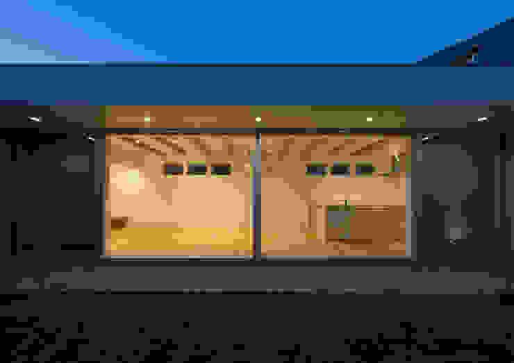 ライトコート 夜景 モダンデザインの リビング の アトリエ24一級建築士事務所 モダン