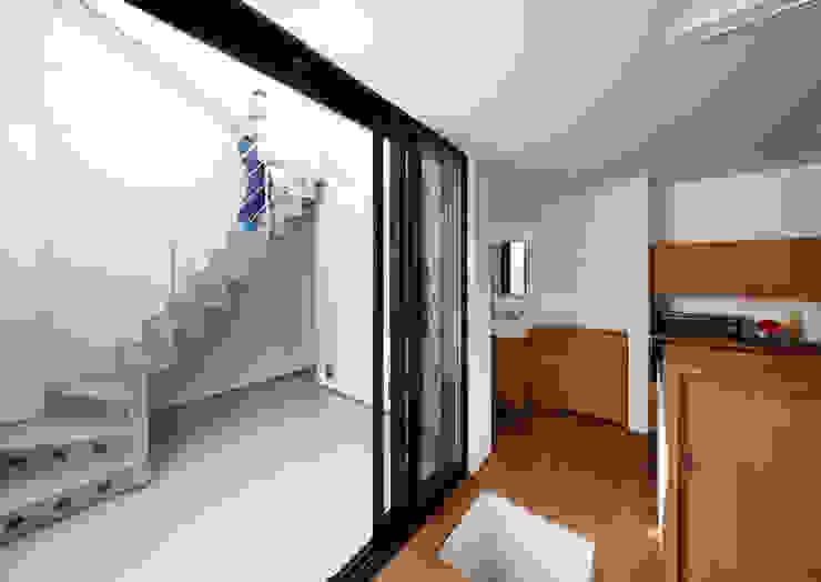 阿倍野の長屋〈renovation〉-5段の距離がいい- 和風デザインの テラス の atelier m 和風 木 木目調