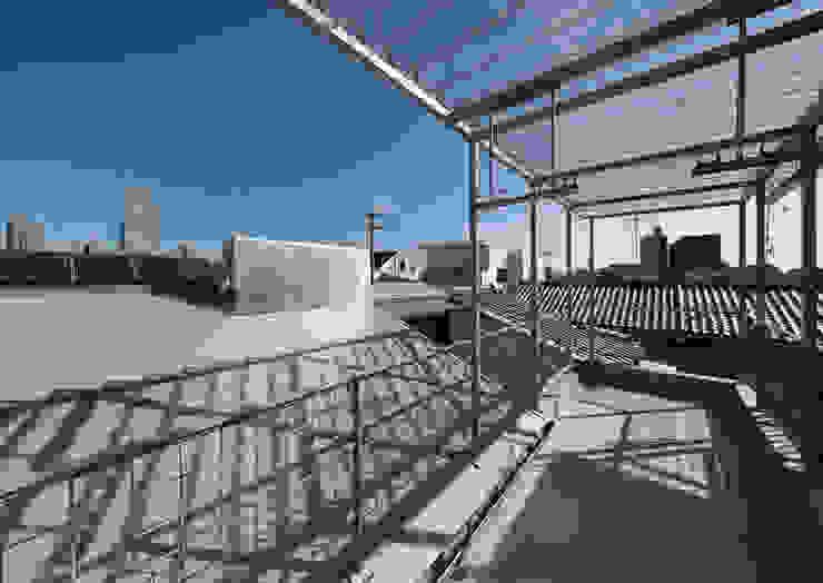 阿倍野の長屋〈renovation〉-5段の距離がいい- 和風デザインの テラス の atelier m 和風 鉄/鋼