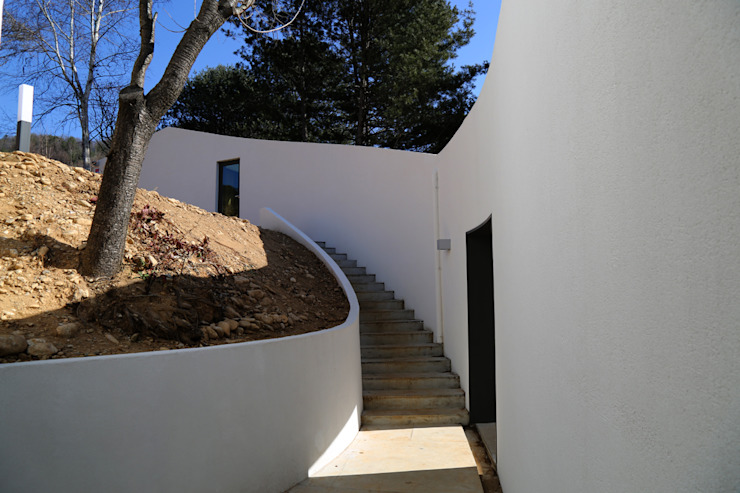 Modern corridor, hallway & stairs by IEUNG Architect Modern