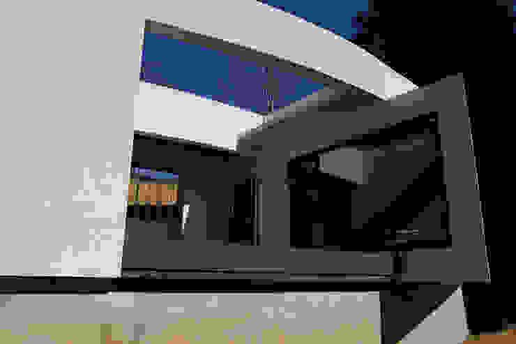 Modern balcony, veranda & terrace by IEUNG Architect Modern