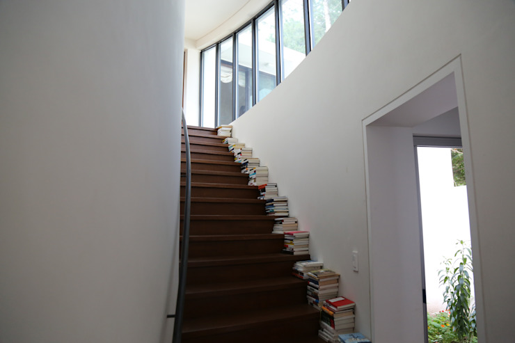 Modern Corridor, Hallway and Staircase by IEUNG Architect Modern