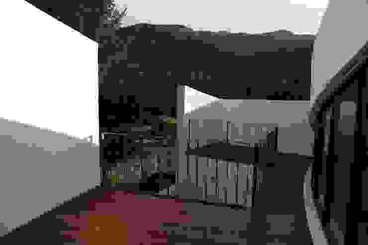 Modern Terrace by IEUNG Architect Modern