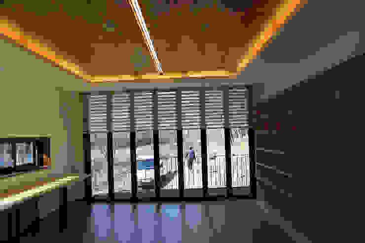 Modern living room by IEUNG Architect Modern