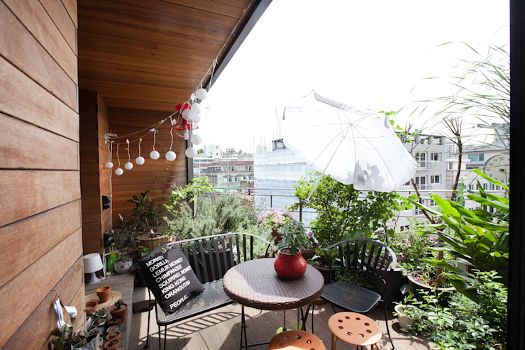 Modern style balcony, porch & terrace by 리슈건축 Modern