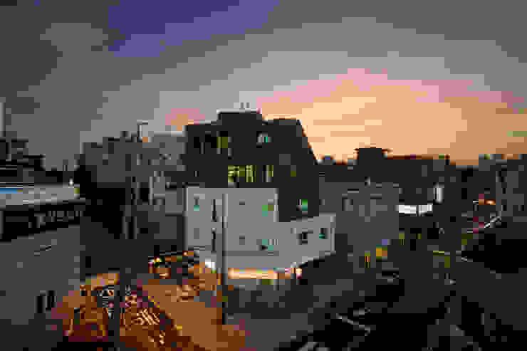 망원동 모퉁이집: 리슈건축 의  주택,모던