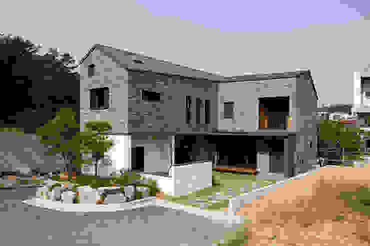 용인 보정동 사랑방을 둔 ㄱ자집: 리슈건축 의  주택,모던