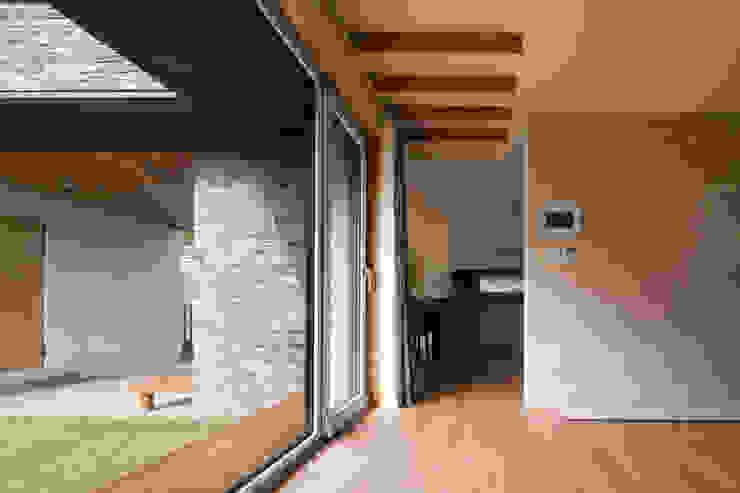 용인 보정동 사랑방을 둔 ㄱ자집: 리슈건축 의  거실,모던