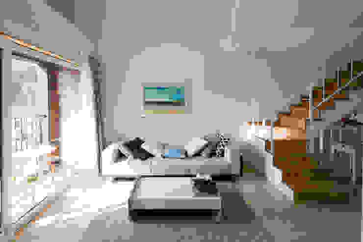 现代客厅設計點子、靈感 & 圖片 根據 리슈건축 現代風