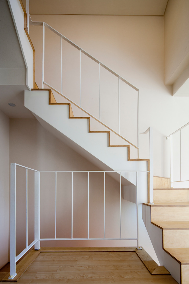 Modern Corridor, Hallway and Staircase by 리슈건축 Modern