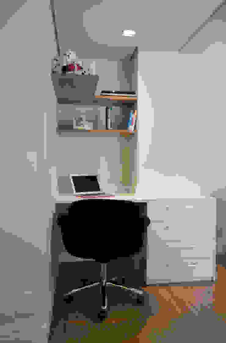 Phòng học/văn phòng phong cách hiện đại bởi Fabiana Rosello Arquitetura e Interiores Hiện đại