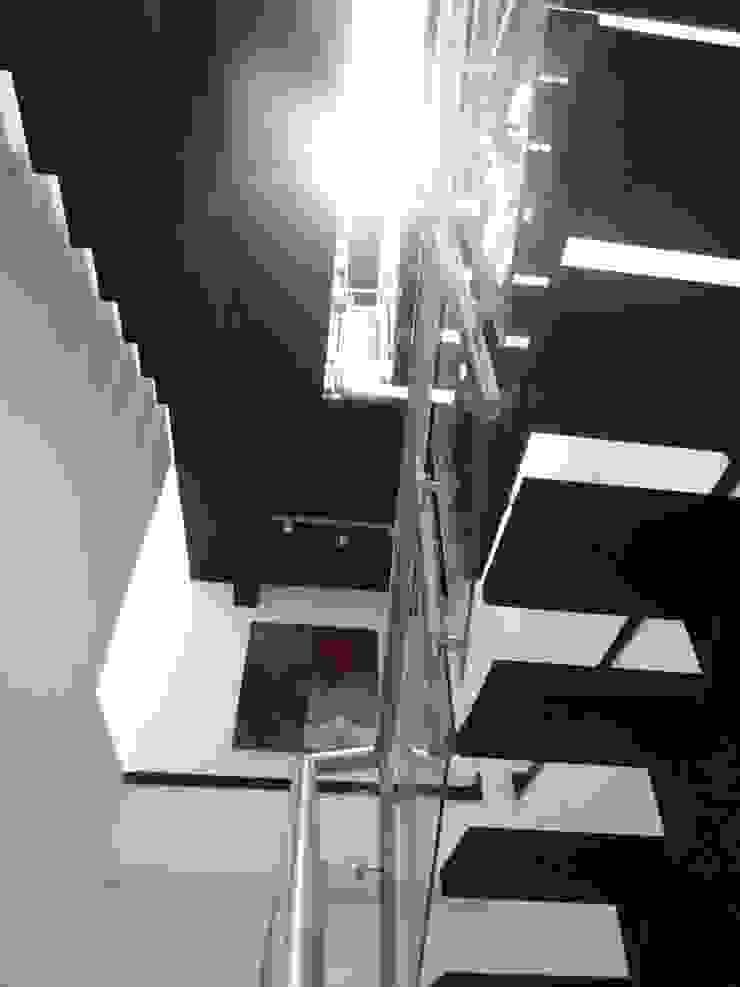 Casa 16 Pasillos, vestíbulos y escaleras de estilo moderno de Le.tengo Arquitectos Moderno