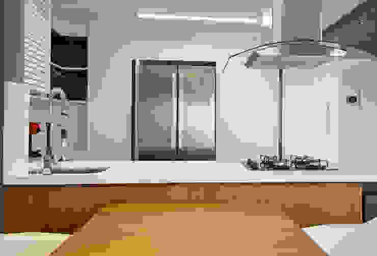 Modern kitchen by Joana & Manoela Arquitetura Modern